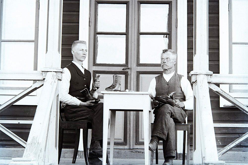 Two shoemakers, 1910-1920. Photo: Kustaa Kaunonen / KUHMU