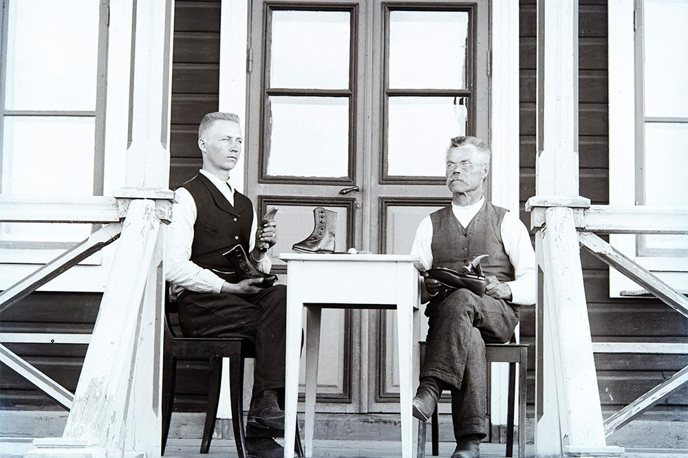 Два сапожника 1910-1920 гг. Снимок: Кустаа Каунонен / КУХМУ