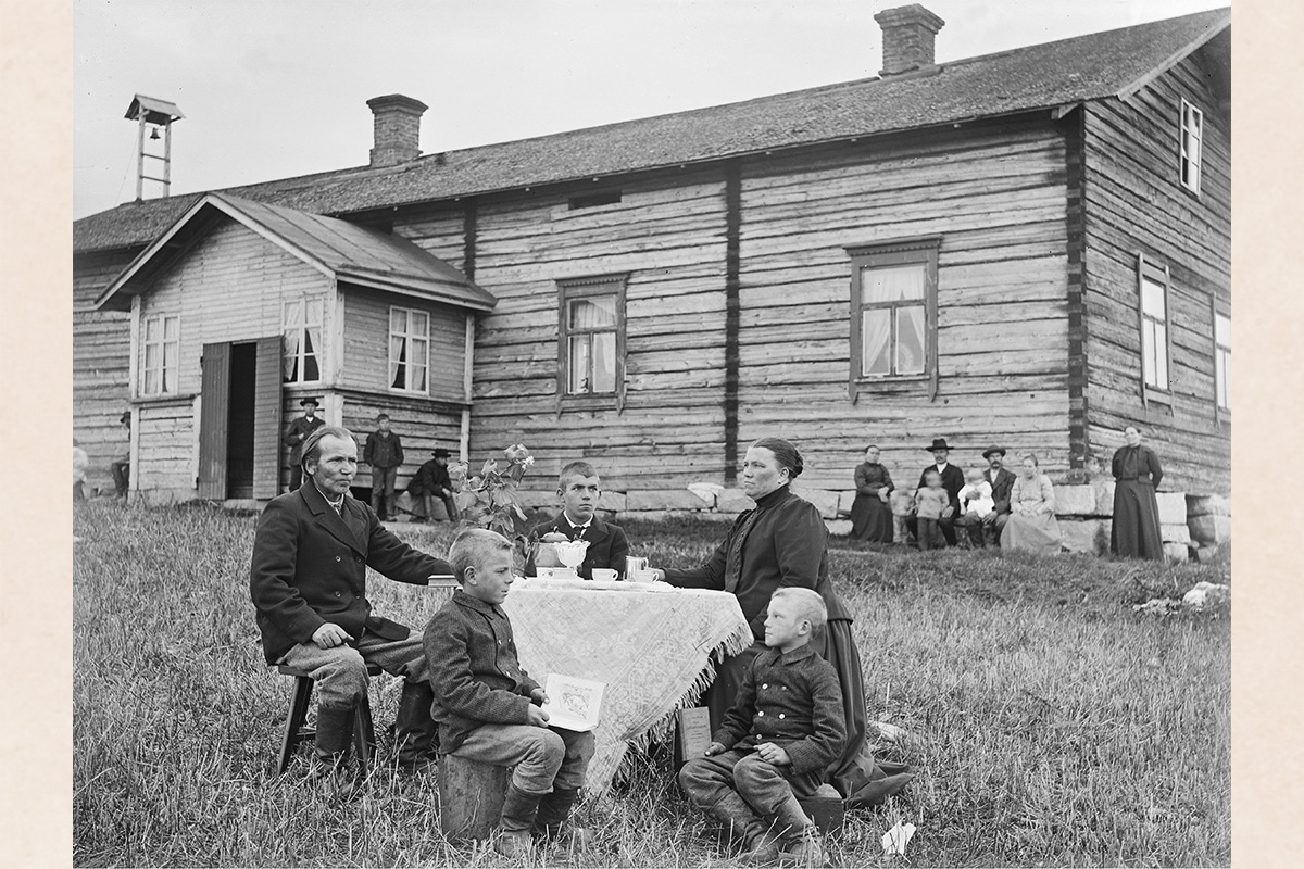 Drinking coffee, 1890-1905. Photo: Kustaa Kaunonen / KUHMU