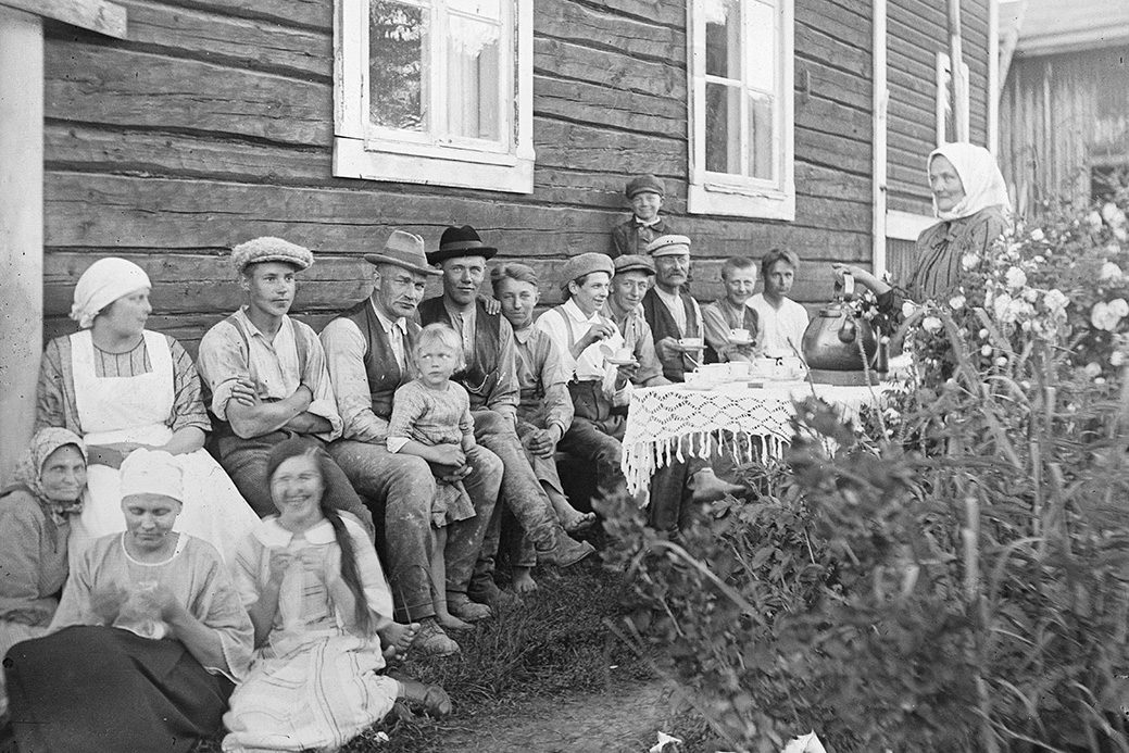 Serving coffee outdoors, 1910-1920. Photo: Kustaa Kaunonen / KUHMU