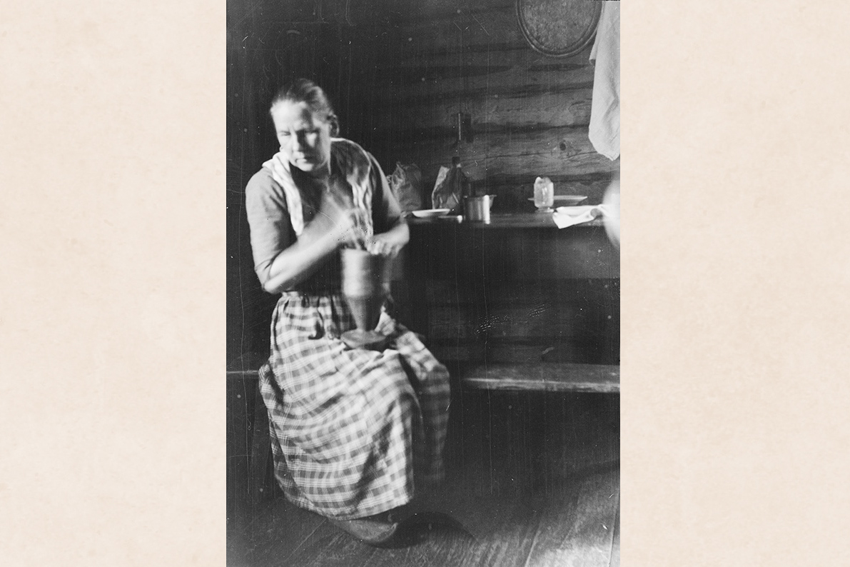 Grinding coffee in a mortar, 1927. Photo: Aulis Rissanen / KUHMU
