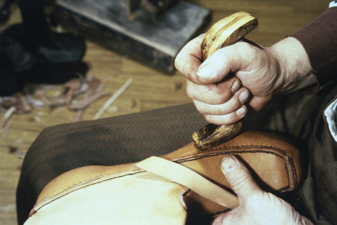 Tasoitteluun voi käyttää myös suutarinkäpälää v. 1978. Kuva: Juha Miettinen / KUHMU