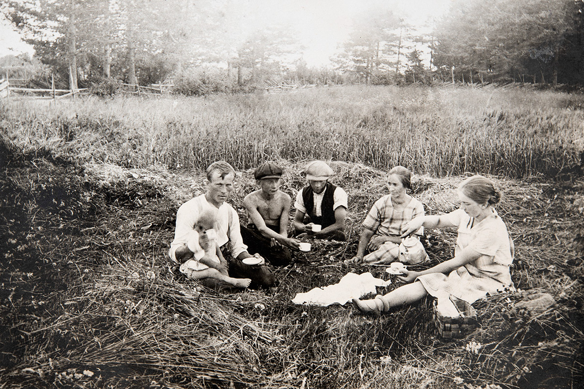 Taking a coffee break from haymaking work, 1920-1935. Photo: KUHMU