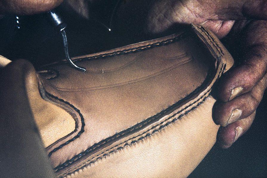 Процесс придания ажурности верху обуви , 1982 г. Снимок: Кари Ямсен / КУХМУ