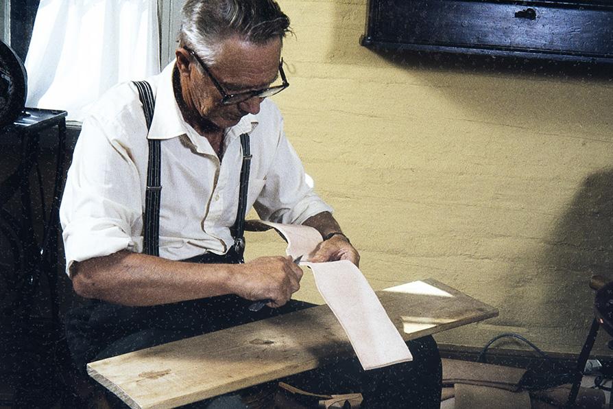 Сапожник Вихтори Хейккинен отрезает угол от края сапога, 1982 г. Снимок: Кари Ямсен / КУХМУ