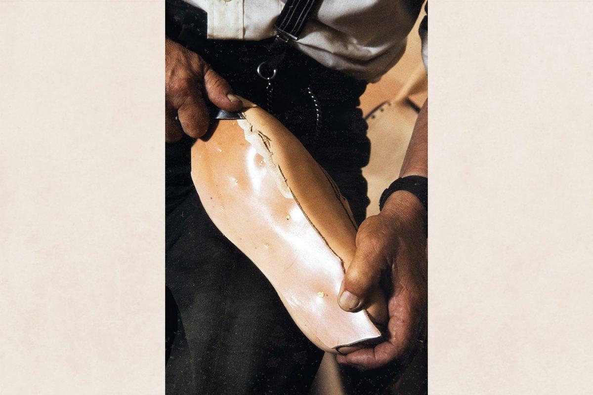 Промежуточная стелька вырезается нужного размера, края шерфуются, 1982 г. Снимок: Кари Ямсен / КУХМУ