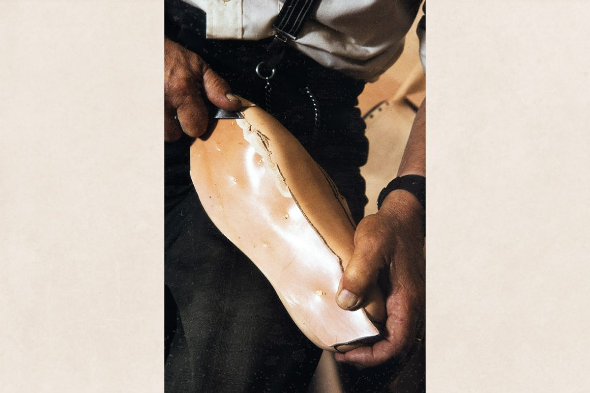 The midsole is cut to the right size and the edges are thinned, 1982. Photo: Kari Jämsén / KUHMU