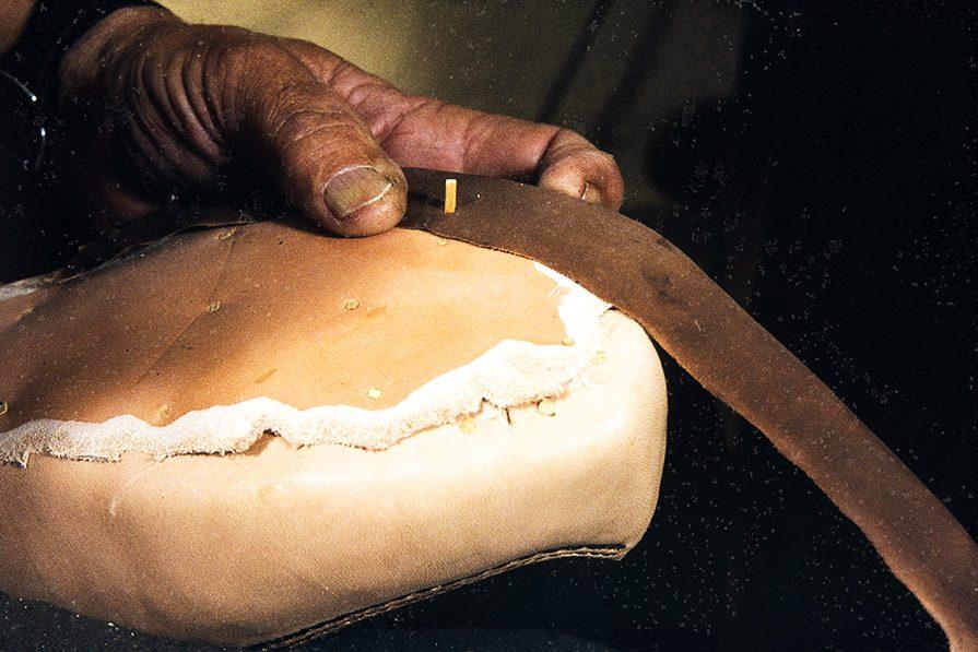 С помощью деревянных гвоздиков закрепляется рант , 1982 г. Снимок: Кари Ямсен / КУХМУ