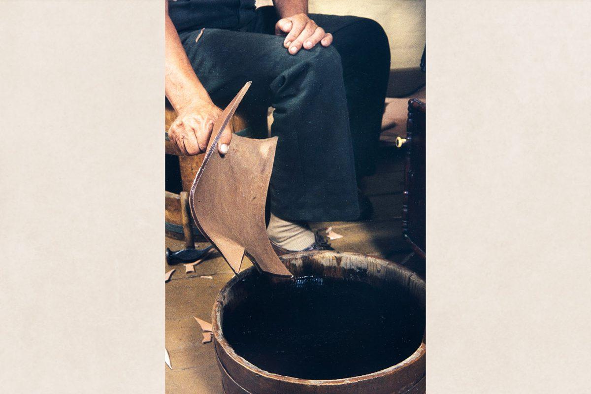 Размачивается кожа для подошвы, 1982 г. Снимок: Кари Ямсен / КУХМУ
