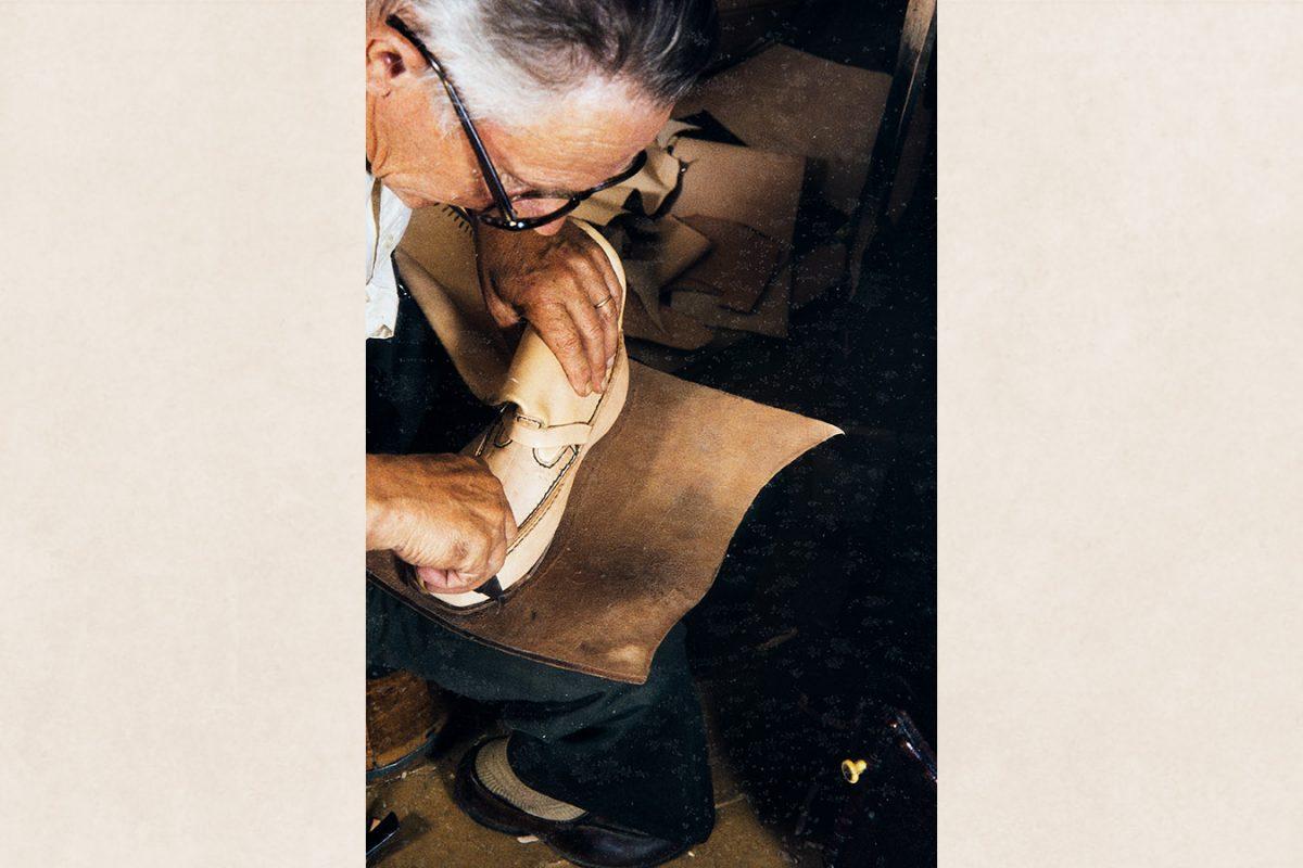 Pohjanahkaan piirretään pohja käyttäen kenkää mallina v. 1982. Kuva: Kari Jämsén / KUHMU
