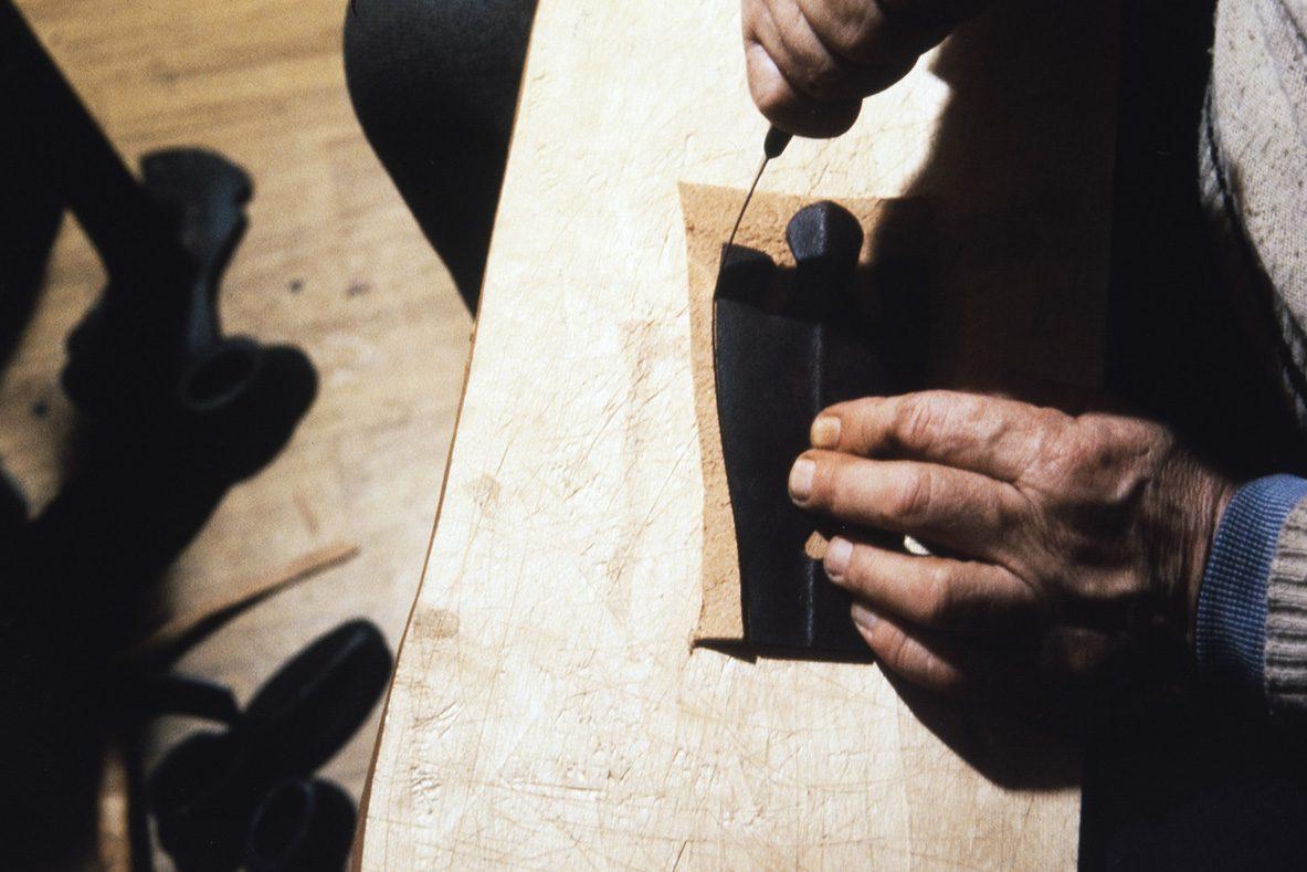 Cutting the cover (vamp), 1978. Photo: Juha Miettinen / KUHMU