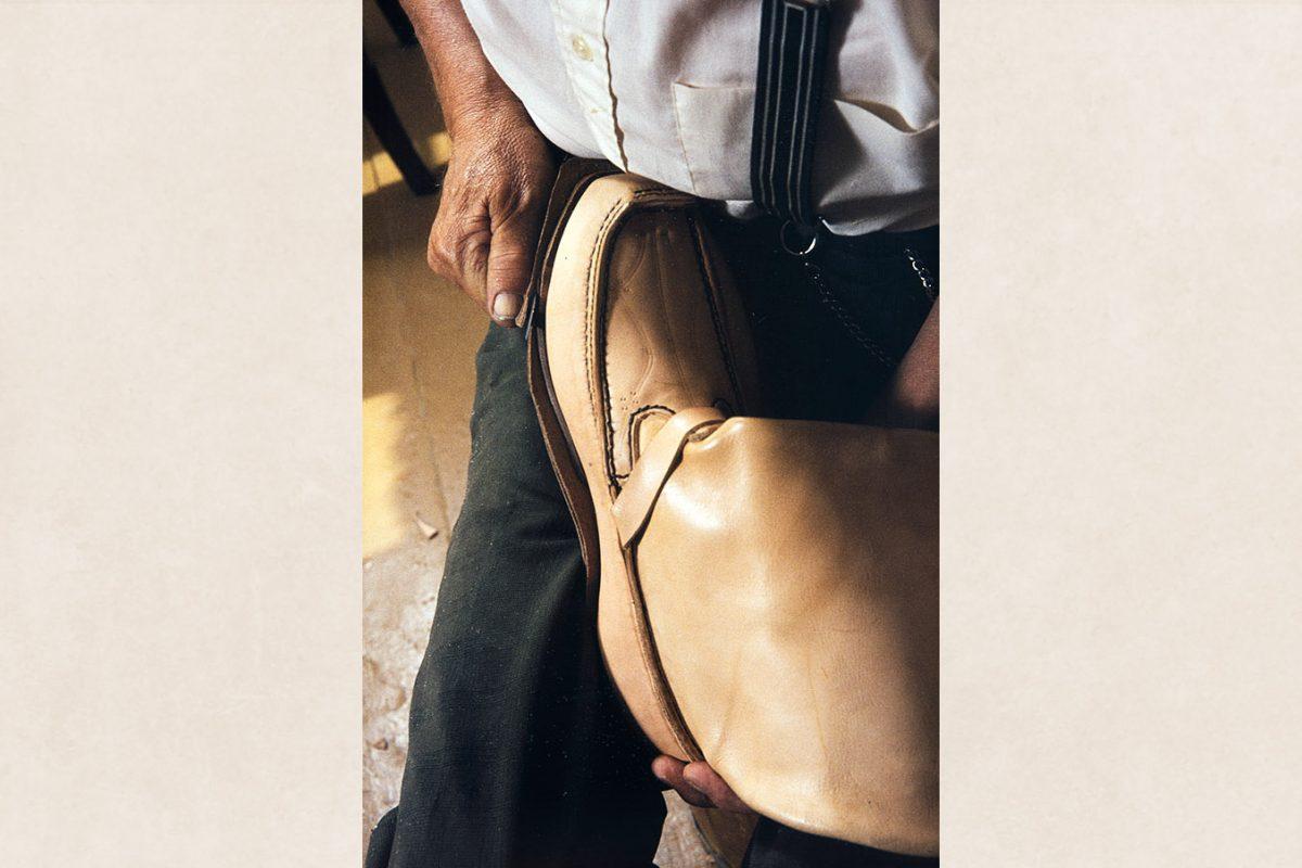 Подошва обрезается по канту, после чего сверху крепится еще один кусок. Обрезается подобным же образом, 1982 г. Снимок: Кари Ямсен / КУХМУ