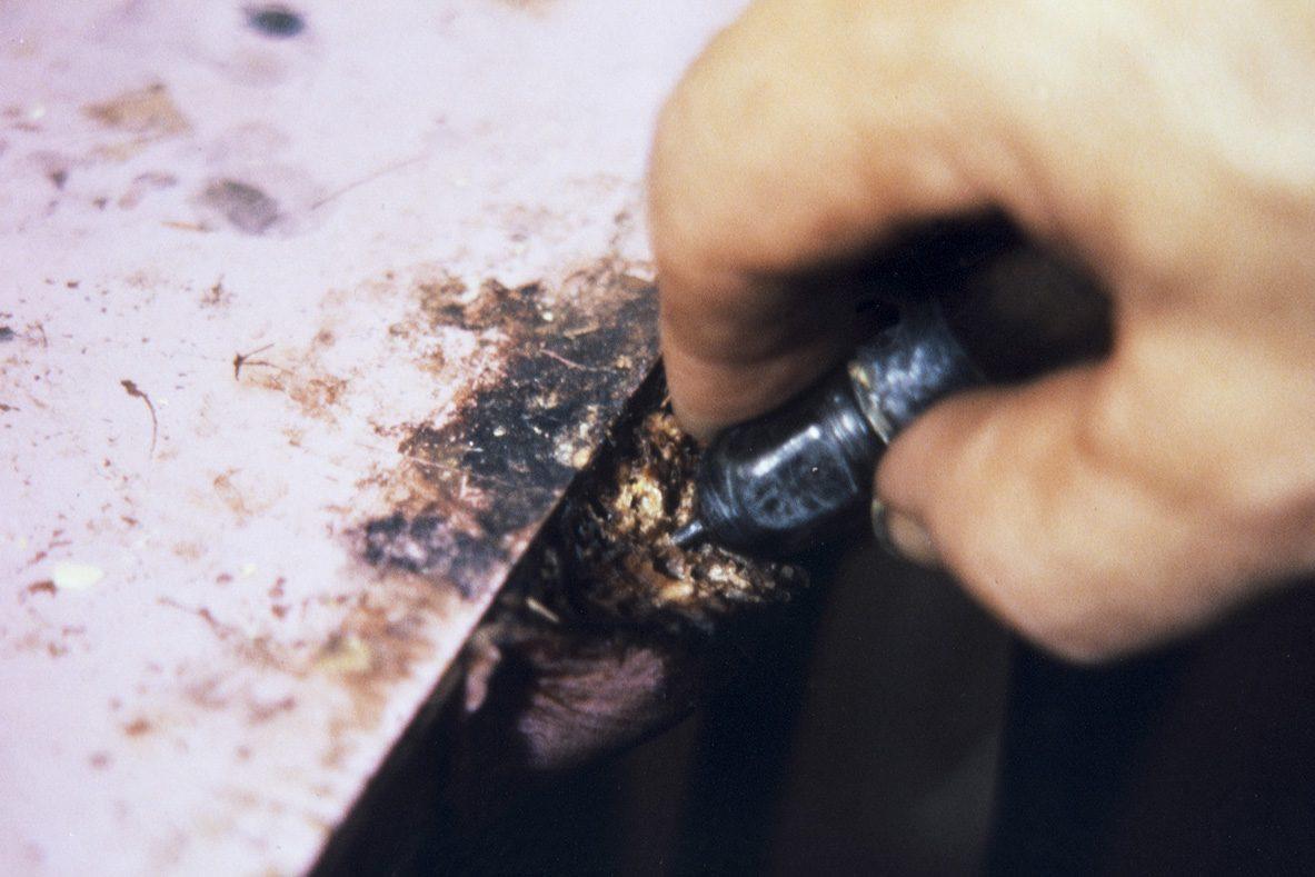 Для облегчения прокалывания отверстий шило покрывается мылом, 1978 г. Снимок: Юха Миеттинен / КУХМУ
