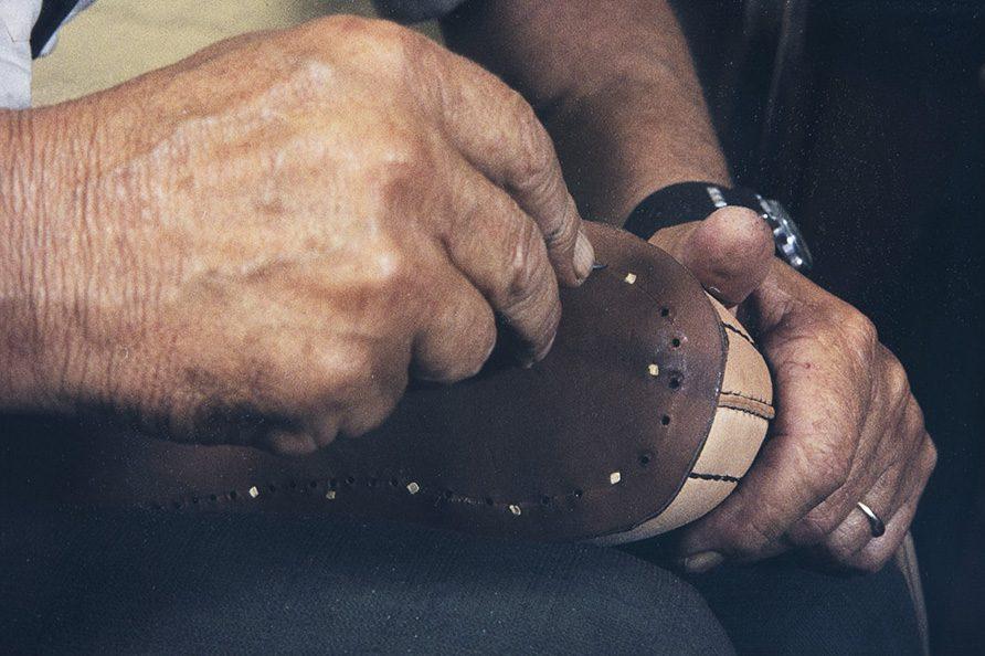 Holes are made to the bottom for nailing with the awl, 1982. Photo: Kari Jämsén / KUHMU