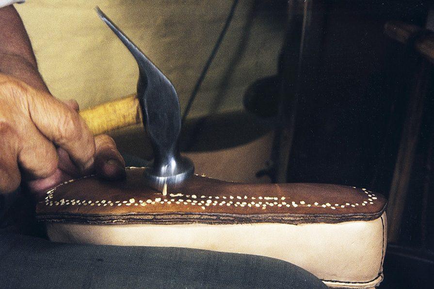 Подошва закрепляется деревянными гвоздиками, 1982 г. Снимок: Кари Ямсен / КУХМУ