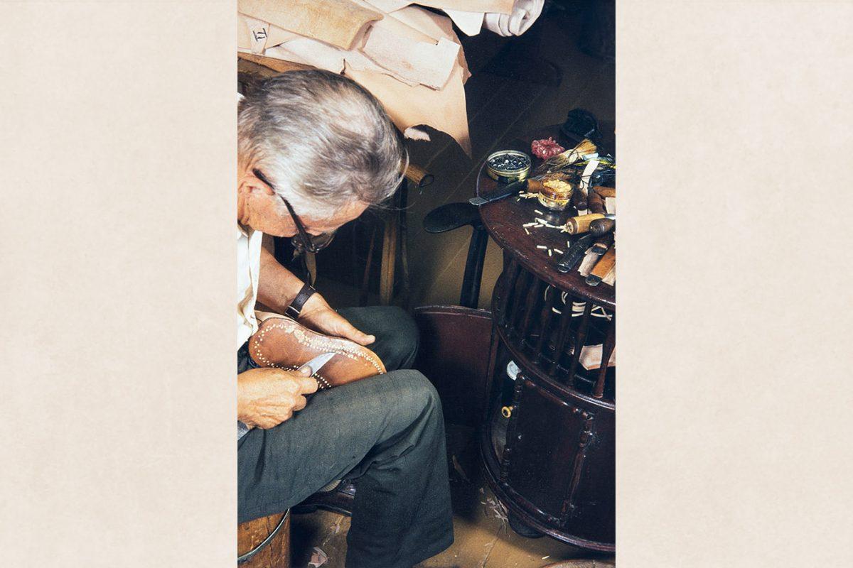 Головки деревянных гвоздиков подравниваются, 1982 г. Снимок: Кари Ямсен / КУХМУ