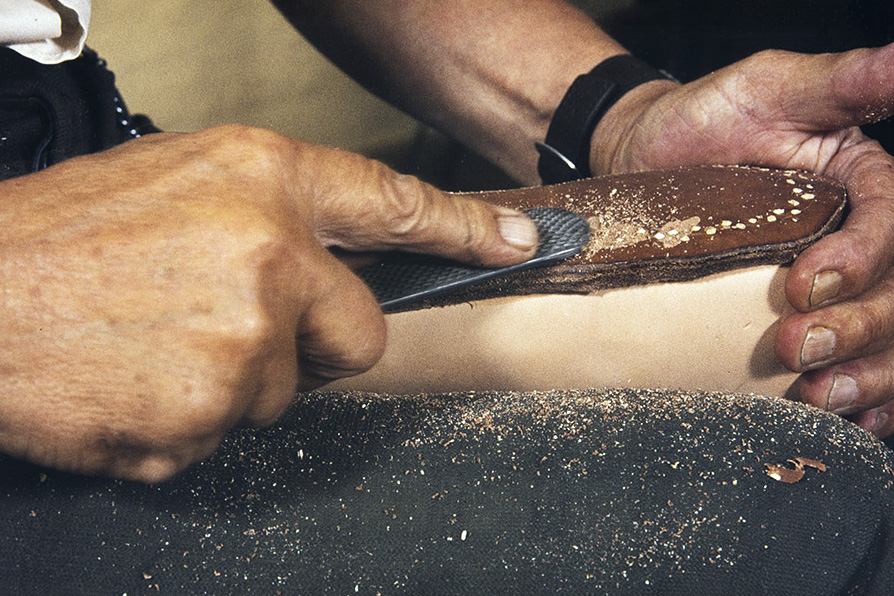 Next, the ends of the wooden nails are still rasped, 1982. Photo: Kari Jämsén / KUHMU