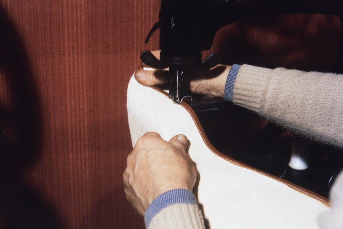 Пристрачивание канта к загибу голенища, 1978 г. Снимок: Юха Миеттинен / КУХМУ