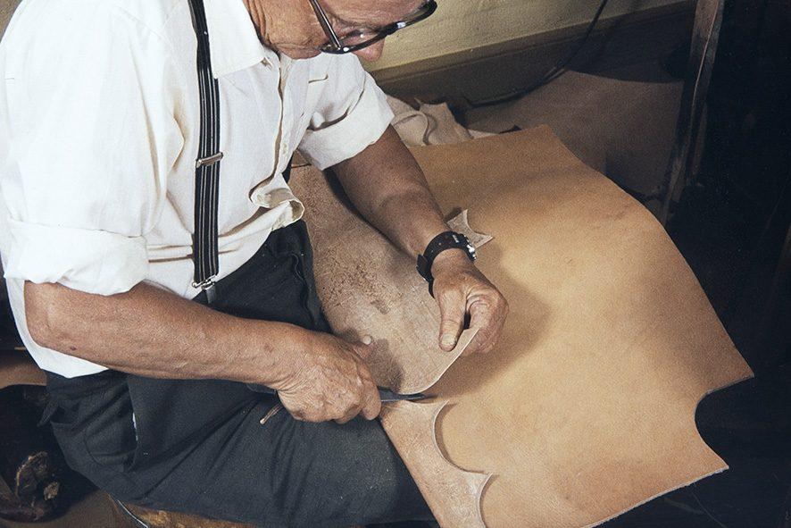 Из подошвенной кожи нарезаются куски для каблука, 1982 г. Снимок: Кари Ямсен / КУХМУ