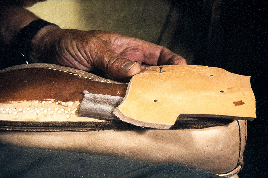 Leather patches are nailed to lift the heel, 1982. Photo: Kari Jämsén / KUHMU