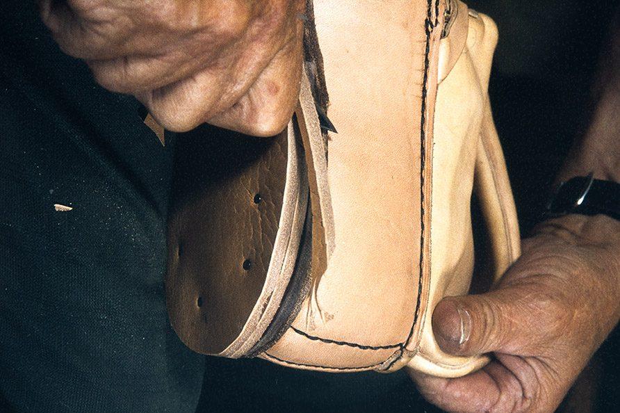 The excess is cut off the heel base, 1982. Photo: Kari Jämsén / KUHMU