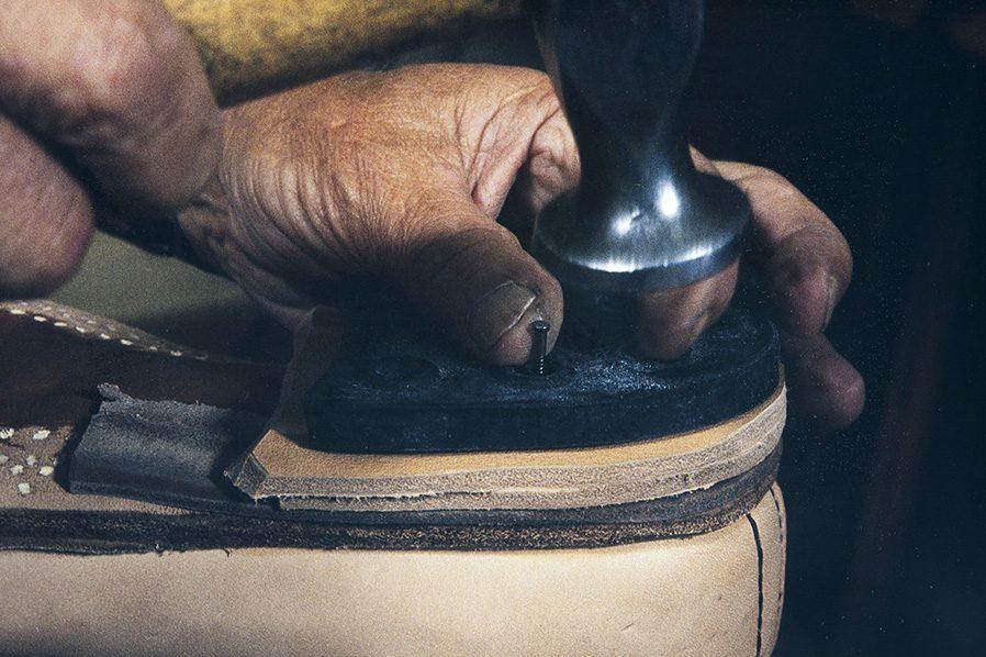 Металлическими гвоздиками крепится набойка, 1982 г. Снимок: Кари Ямсен / КУХМУ