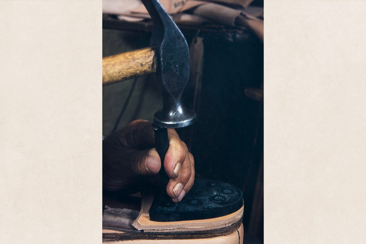 The nails are pushed deeper with the help of a striking iron, 1982. Photo: Kari Jämsén / KUHMU