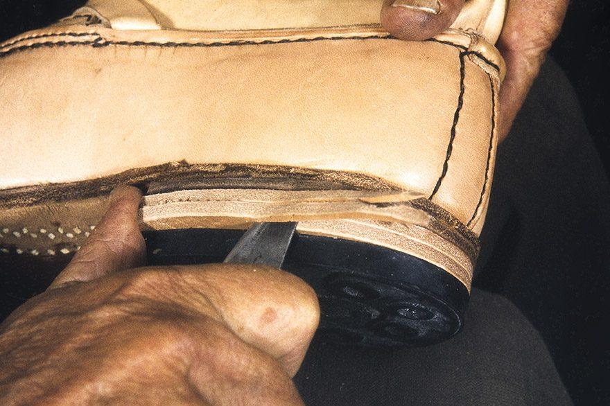 The excess is cut off the heel itself, 1982. Photo: Kari Jämsén / KUHMU