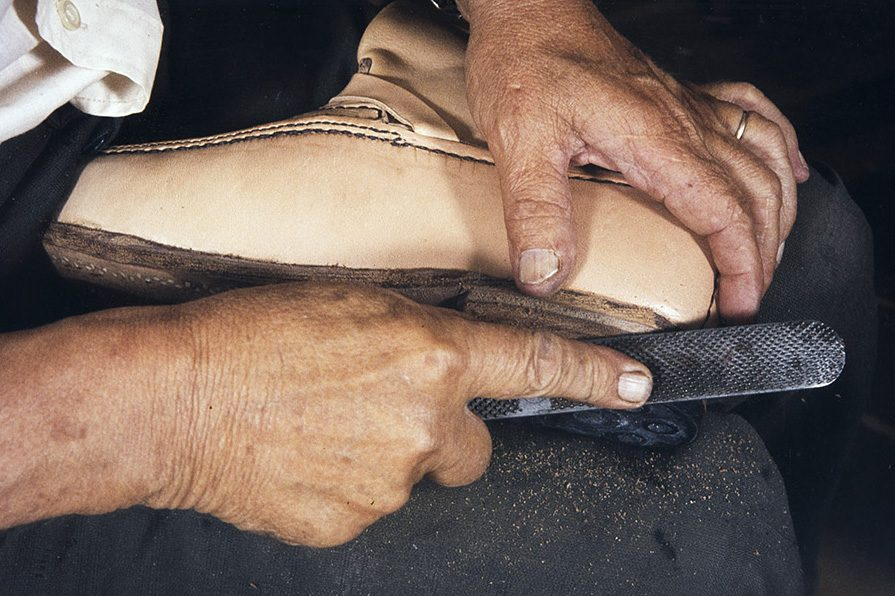 Каблук обрабатывается напильником, 1982 г. Снимок: Кари Ямсен / КУХМУ