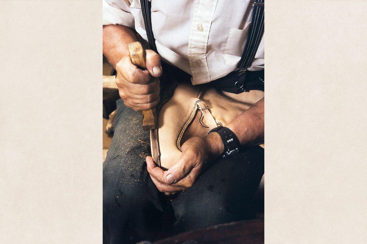 Pohjan reuna kinutetaan eli kiillotetaan v. 1982. Kuva: Kari Jämsén / KUHMU