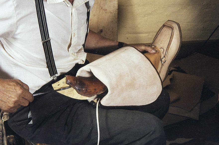 Ensiksi rintapakki (lestistä irtoava osa) otetaan pois kengästä v. 1982. Kuva: Kari Jämsén / KUHMU