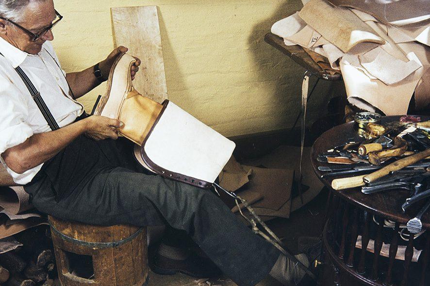 Затем колодка вынимается из сапога с помощью крючка, 1982 г. Снимок: Кари Ямсен / КУХМУ