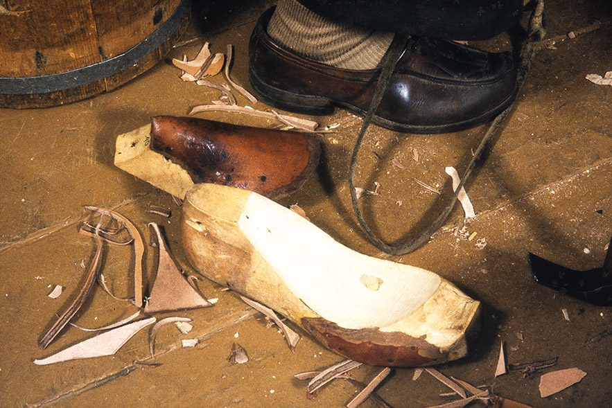 The shaft reverse and the last are removed from the shoe, 1982. Photo: Kari Jämsén / KUHMU