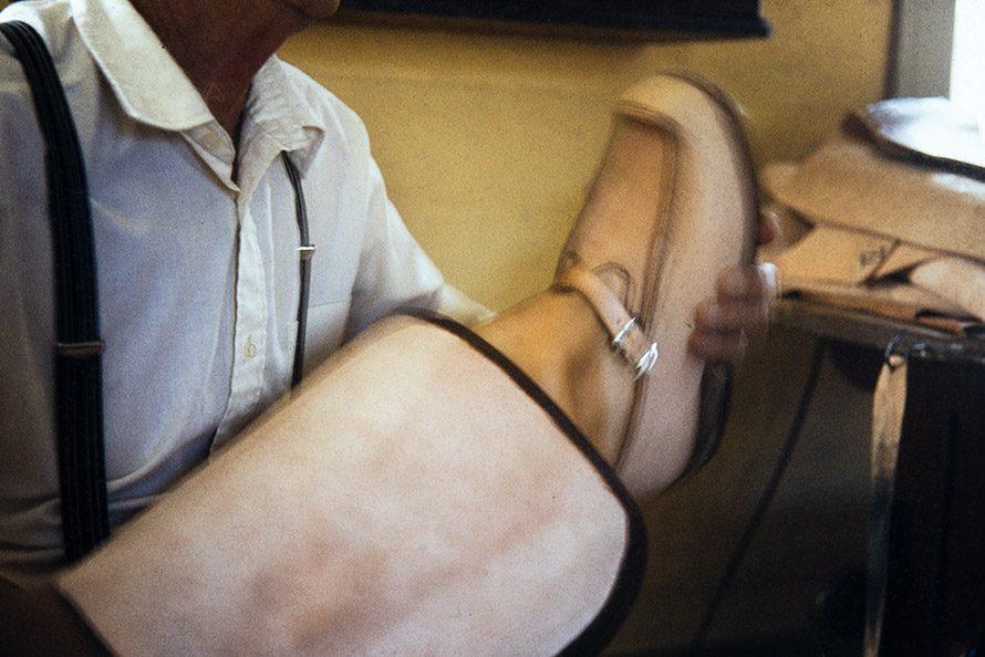Если деревянные гвоздики прошли сквозь подошву, они стачиваются, 1982 г. Снимок: Кари Ямсен / КУХМУ