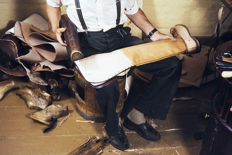 """Намоченное голенище формируется на специальном деревянном приспособлении, которое финские сапожники называют """"локки"""" (чайка), 1982. Снимок: Кари Ямсен / КУХМУ"""
