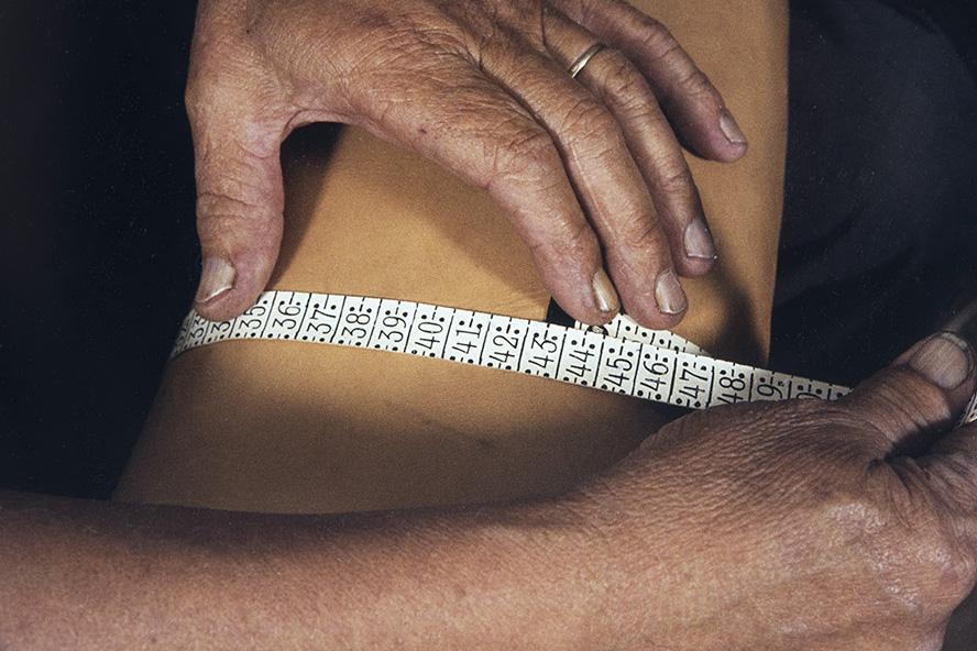 The calf arm circumference is measured, 1982. Photo: Kari Jämsén / KUHMU