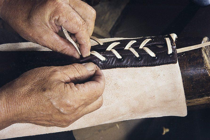 Сзади голенища можно продернуть шнурок, 1982 г. Снимок: Кари Ямсен / КУХМУ