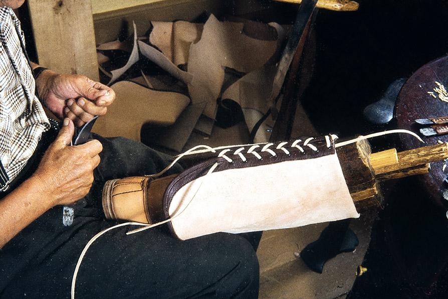 The lace is hooked behind the shaft, 1982. Photo: Kari Jämsén / KUHMU