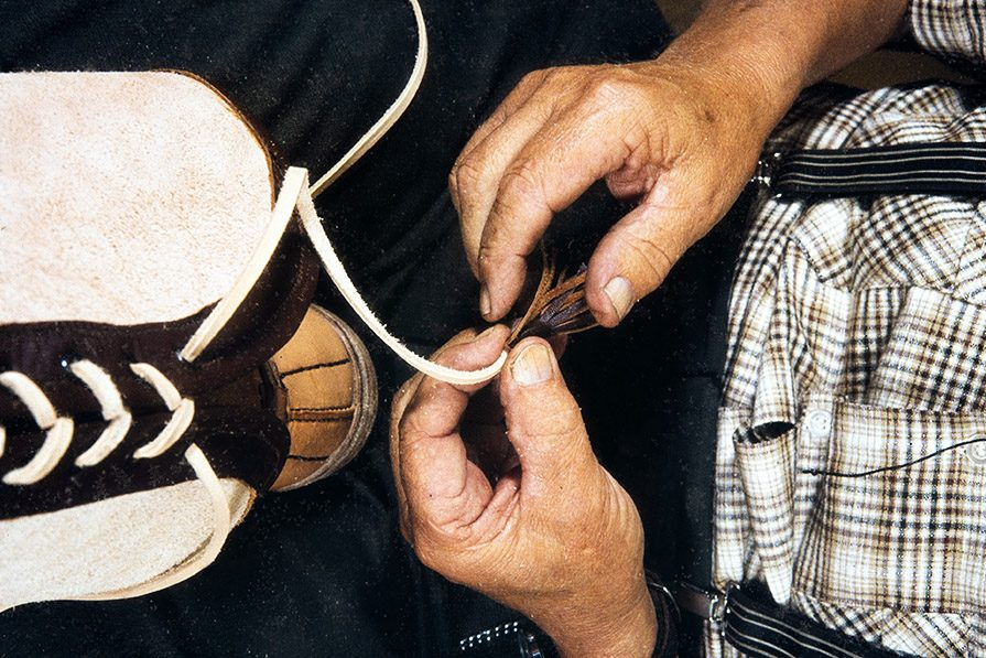 Tassels are placed on the ends of the lace, 1982. Photo: Kari Jämsén / KUHMU