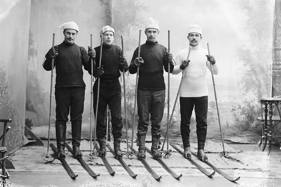 Skiers (from left): 1. Eero Kemiläinen, 3. Niku Tapani (competitions' winner), 4. Eloranta Otto, 1912. Eero Kemiläinen using Finnish boots as ski footwear and other beak boots (beak boots with laces, bottomed or with one sole).Photo: Victor Barsokevitsch / KUHMU
