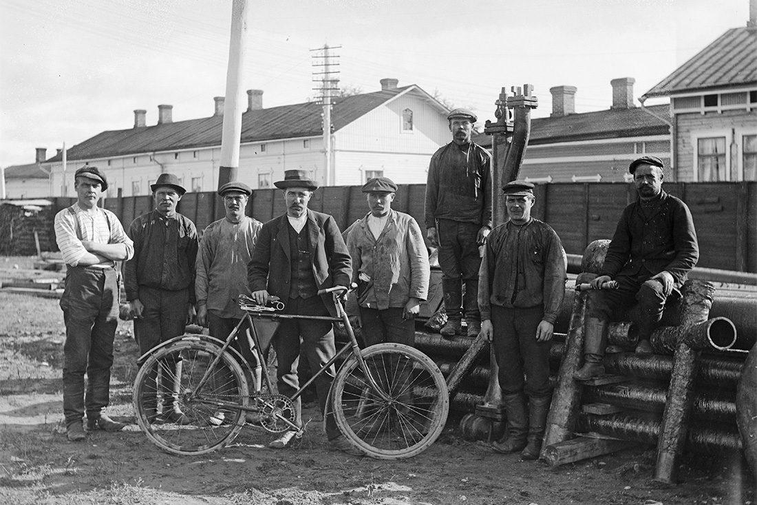 Ryhmäkuva vesijohtotyömaalla 23.9.1914. Osalla jalkineina lapikkaat. Kuva: Victor Barsokevitsch / KUHMU