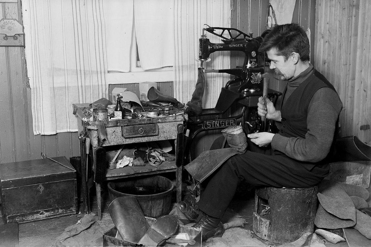 Сапожник Эемели Мартикайнен за работой, 1930-1939 гг. Снимок: Тутту Янис / КУХМУ