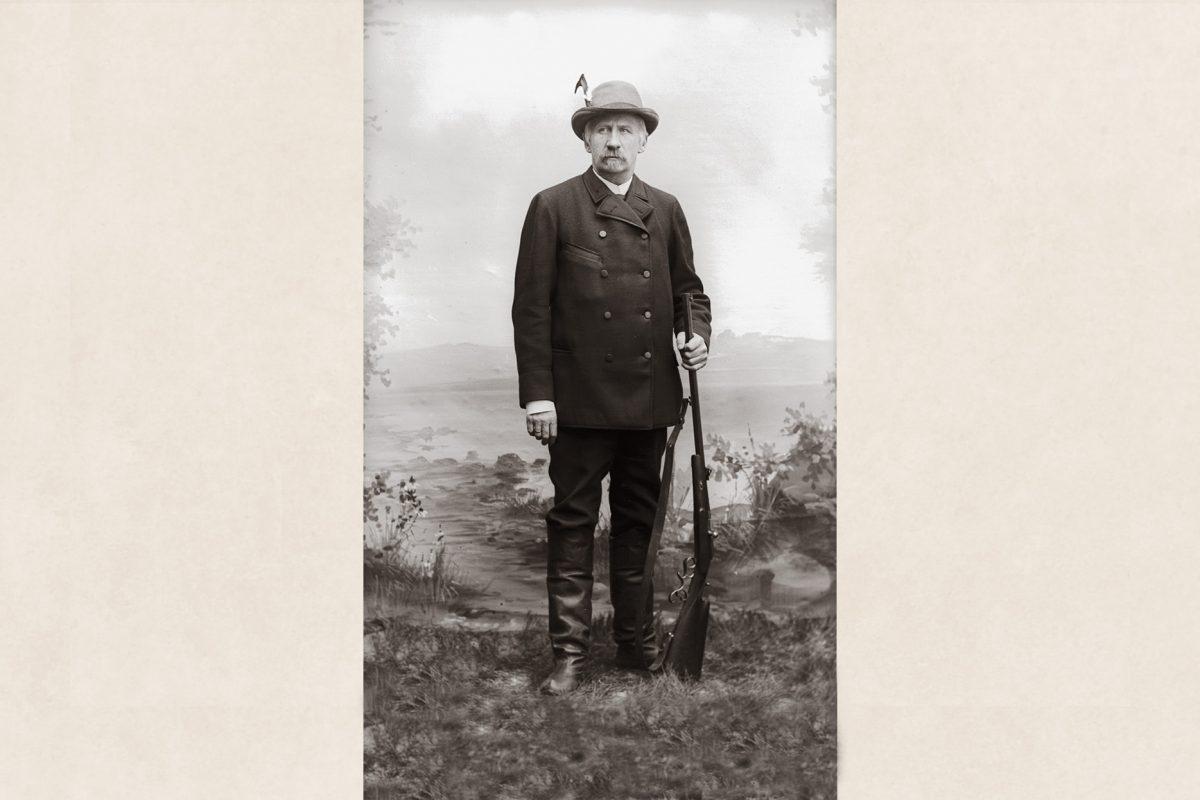 Metsästäjä Hårdh metsästyskiväärin kanssa v. 1894. Metsästysjalkineina lapikkaat. Kuva: Victor Barsokevitsch / KUHMU