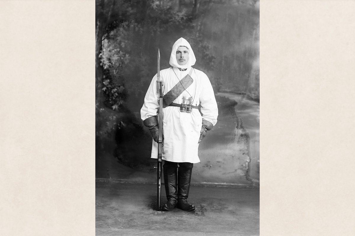 Sotilas Antikainen lumipuvussa, sotilaspuvun jalkineina lapikkaat 6.3.1918. Kuva: Victor Barsokevitsch / KUHMU