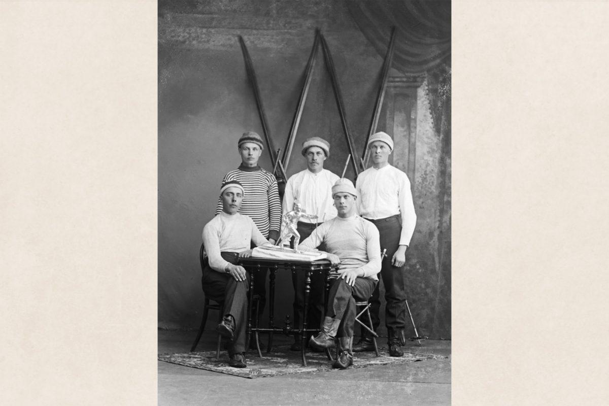 Iisalmen Visan hiihtojoukkue 24.3.1919 Puijon talvikisoissa. Oikeanpuoleisilla henkilöillä jalkineina yksipohjaiset pieksut. Kuva: Victor Barsokevitsch / KUHMU